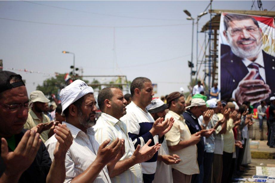 Des partisans du président destitué Mohamed Morsi participent... (PHOTO KHALIL HAMRA, AP)