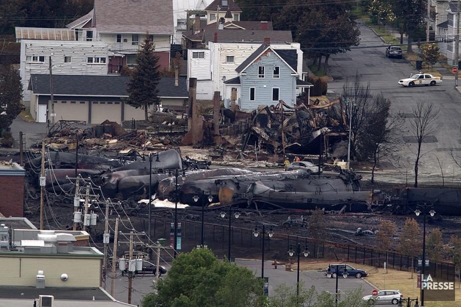 Le déraillement et l'explosion du train ont rasé... (Photo: Robert Skinner, La Presse)