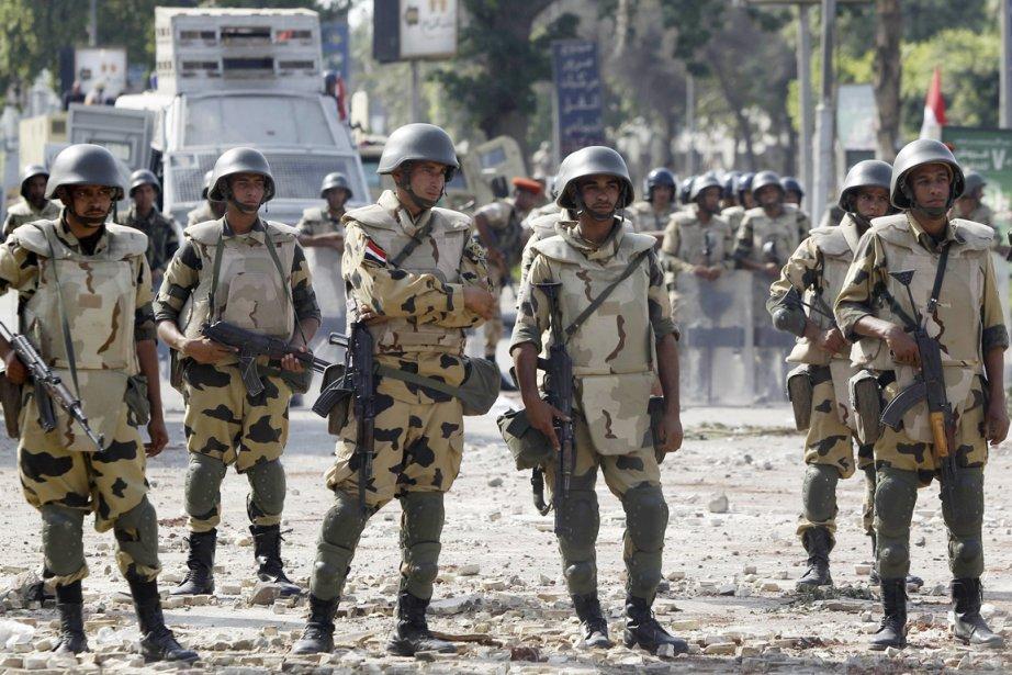 Des soldats égyptiens ont pris position, hier, au Caire, avant... | 2013-07-09 00:00:00.000