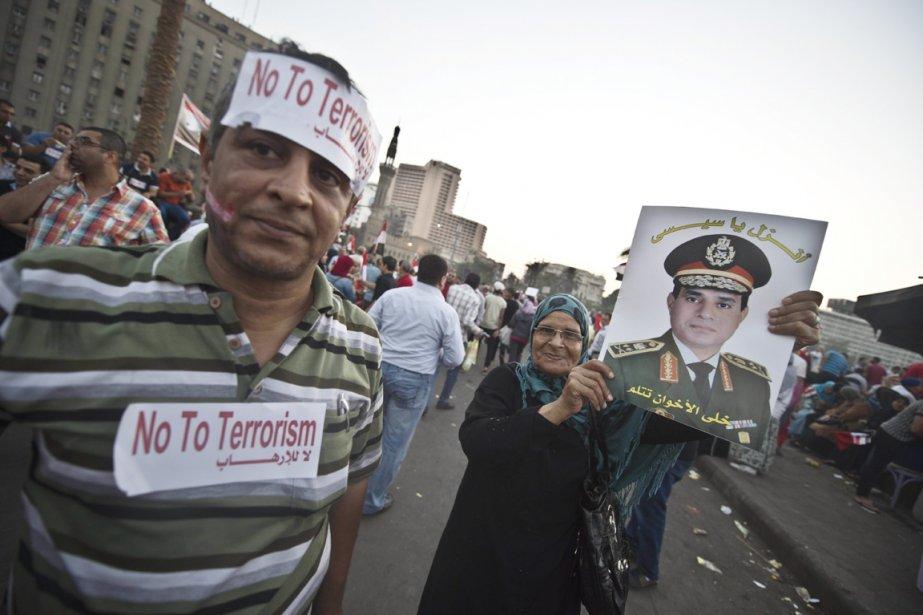 Des opposants au président déchu Mohamed Morsi se sont rassemblés sur la place Tahrir pour saluer l'action des militaires, dont le général Abdel Fatah al-Sissi (photo), le 8 juillet. | 9 juillet 2013
