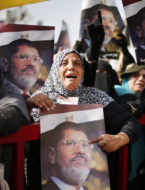 Une femme pleure la destitution du président démocratiquement élu Mohamed Morsi, lors d'un rassemblement organisé par les Frères musulmans, à l'extérieur d'une mosquée du Caire, le 8 juillet. | 9 juillet 2013