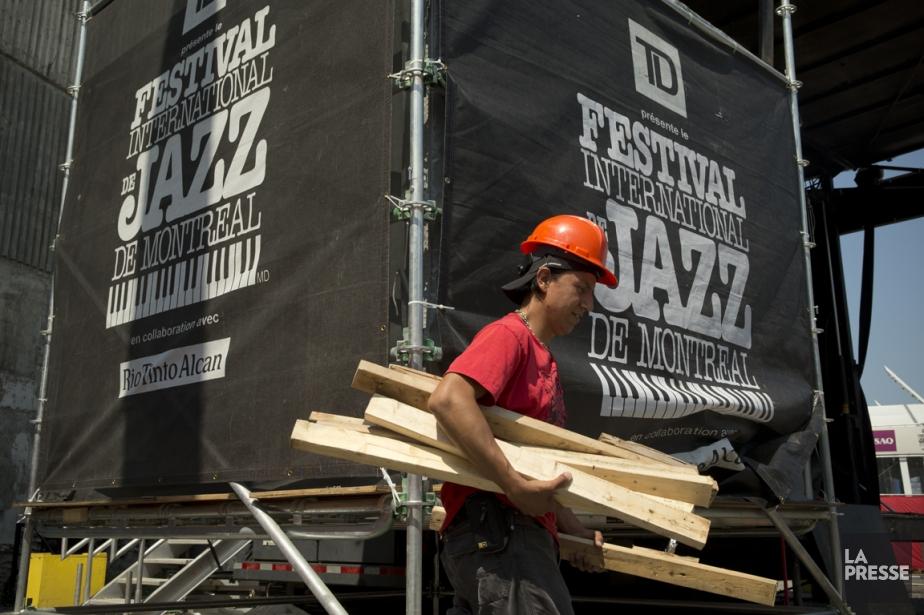 Des ouvriers s'affairaient hier à démonter les différentes... (PHOTO DAVID BOILY, LA PRESSE)