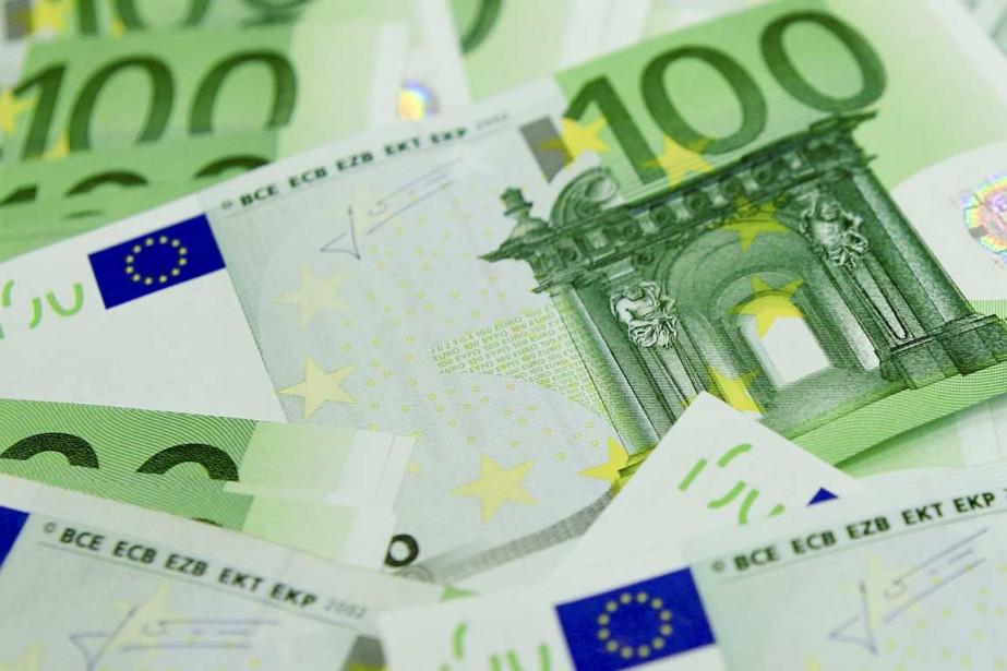 Vers 6h30 (heure de Montréal), la monnaie unique... (Photo Reuters)