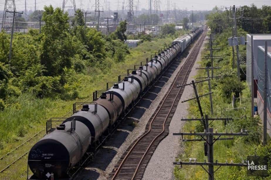 Un train quitte une gare de triage à... (Photo David Boily, archives La Presse)