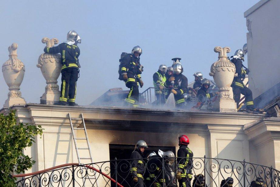 Les pompiers sont parvenus à circonscrire l'incendie après... (PHOTO PHILIPPE WOJAZER, REUTERS)