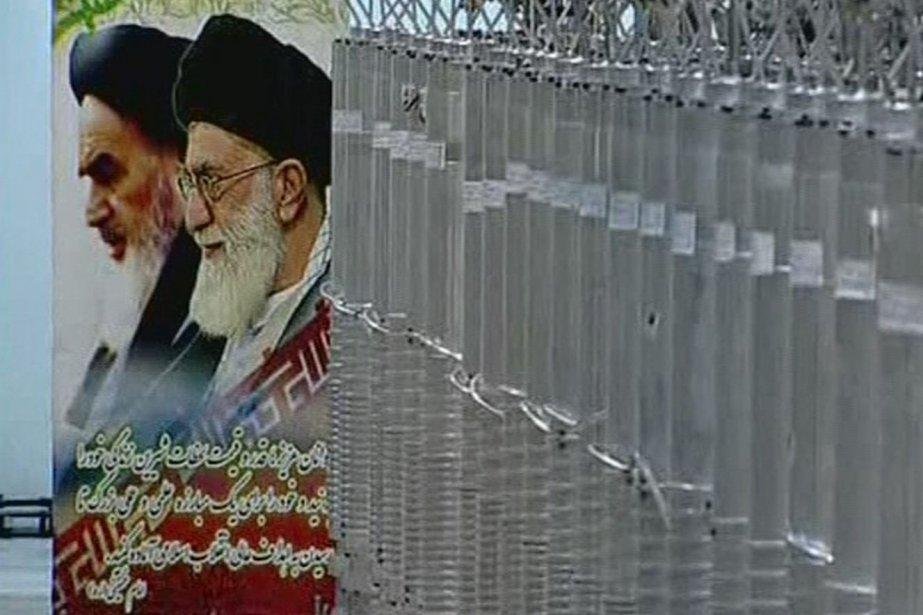 Des centrifugeuses à côté d'une affiche de l'Ayatollah... (Photo Reuters)