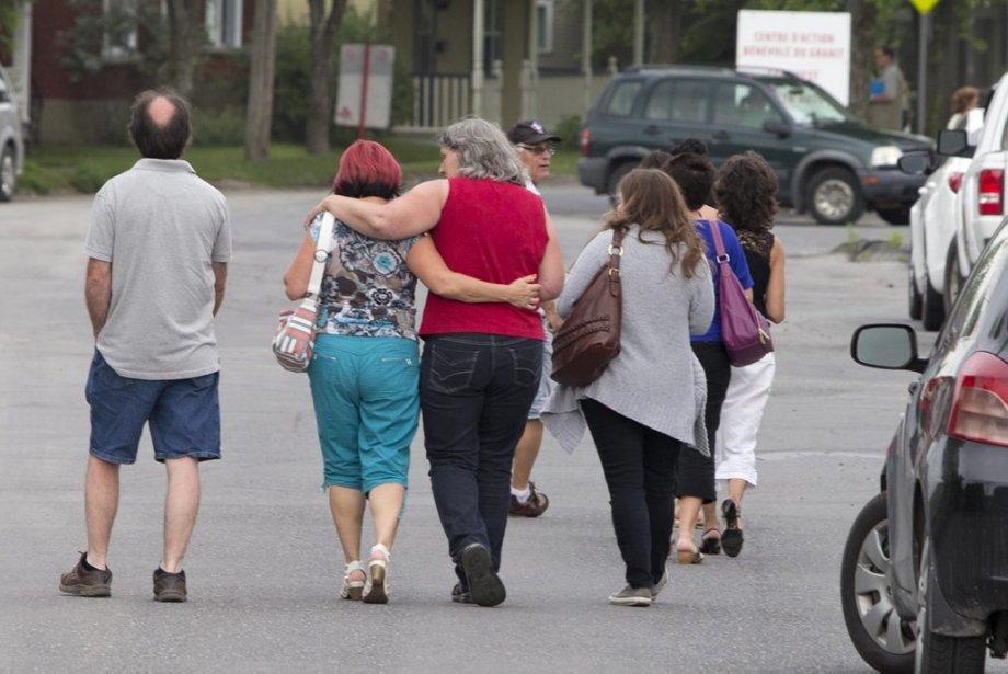 Des familles ayant possiblement perdu des proches lors de l'accident ferroviaire se rencontrent pour discuter du deuil à venir. | 11 juillet 2013