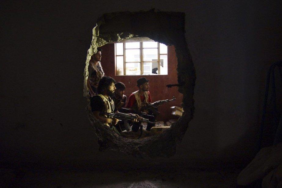 Des rebelles de l'Armée syrienne libreà Deir al-Zor.... (Photo Reuters)