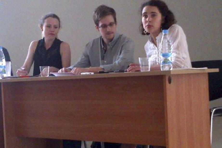 Edward Snowden lors de sa rencontre avec des... (Photo Human Rights Watch)