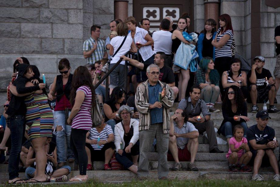 Des gens se sont recueillis à l'église Saint-Agnès... (Photo La Presse Canadienne)