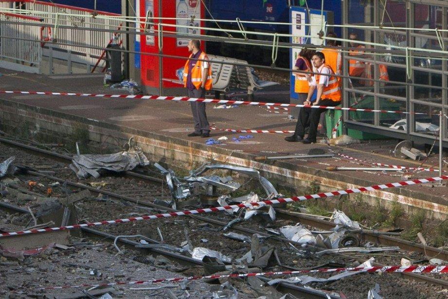 Des employésde la SNCF assurent la sécurité autour... (PHOTO THIBAULT CAMUS, AP)