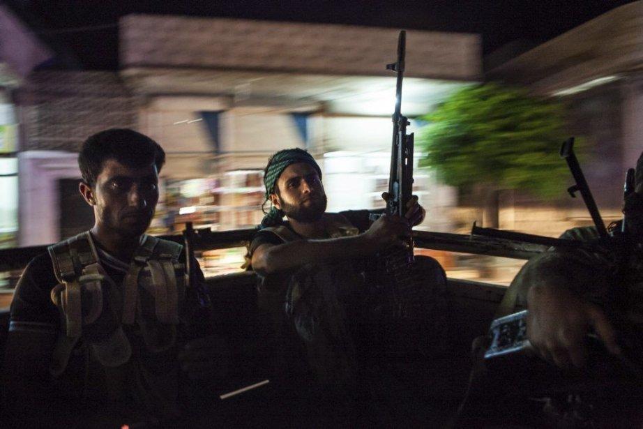 Les affrontements ont éclaté à l'aube près de... (PHOTO DANIEL LEAL-OLIVAS, AFP)