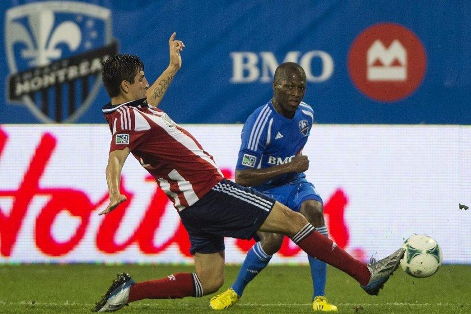 Carlos Borja (à gauche) et Sanna Nyassi bataillent... (PHOTO GRAHAM HUGUES, PC)