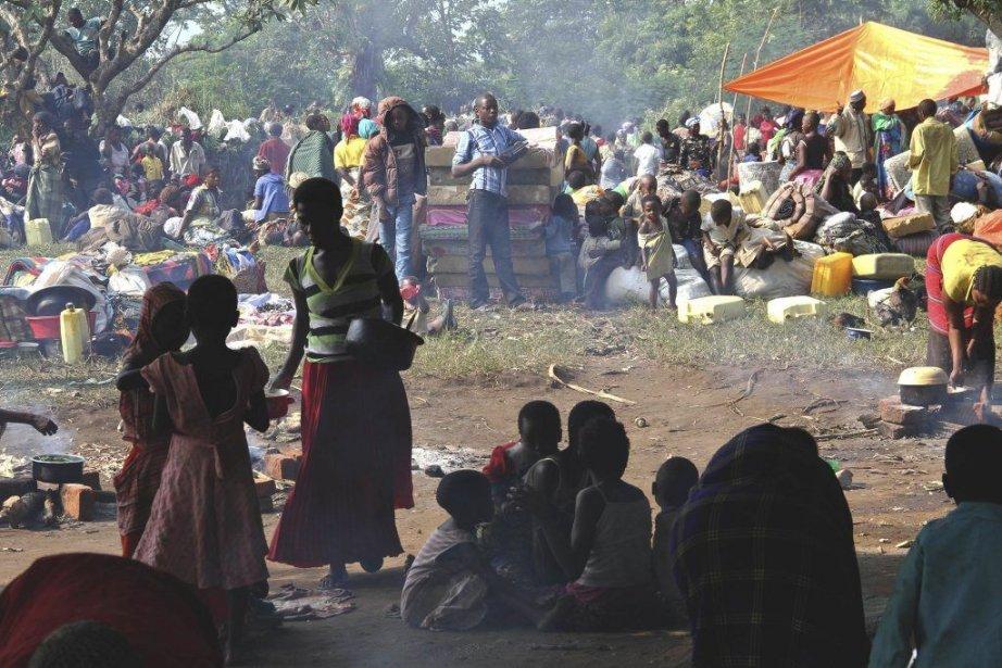 À Bundibugyo, les réfugiés transportaient leurs biens empilés... (PHOTO ISAAC KASAMANI, AFP)