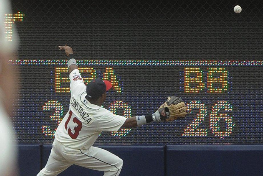 Jose Constanza des Braves trébuche alors qu'il tente... (Photo John Amis, AP)