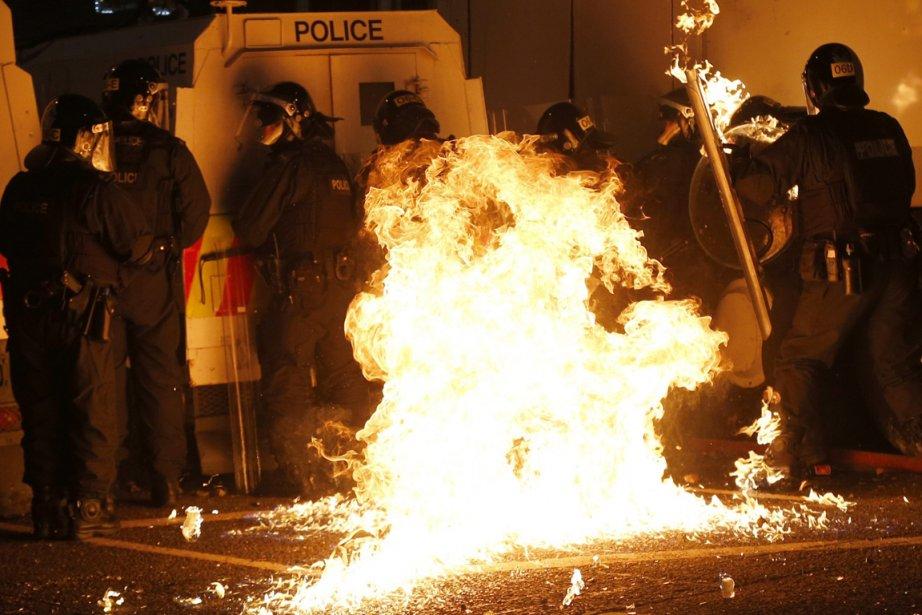 32 policiers et un responsable politique ont été... (PHOTO PETER MORRISON, AP)
