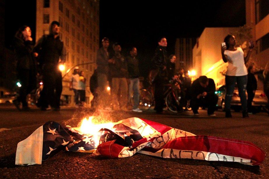 Des gens ont mis le feu à un... (Photo: AP)