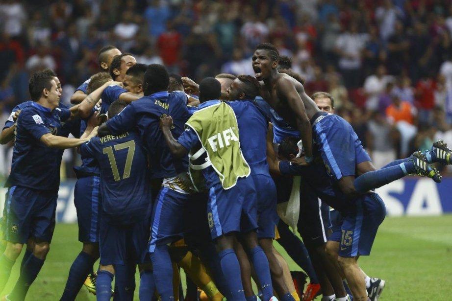 Les joueurs ont célébré la première victoire de... (PHOTO BEHROUZ MEHRI, AFP)