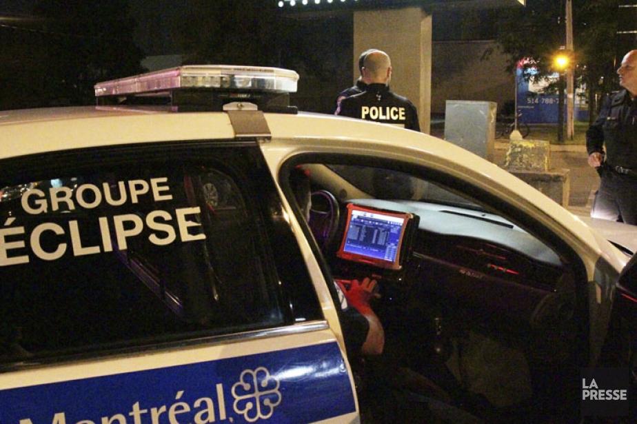 Les policiers d'Éclipse vérifient sur l'ordinateur de leur... (Photo: Jérémie Stall-Paquet, La Presse)