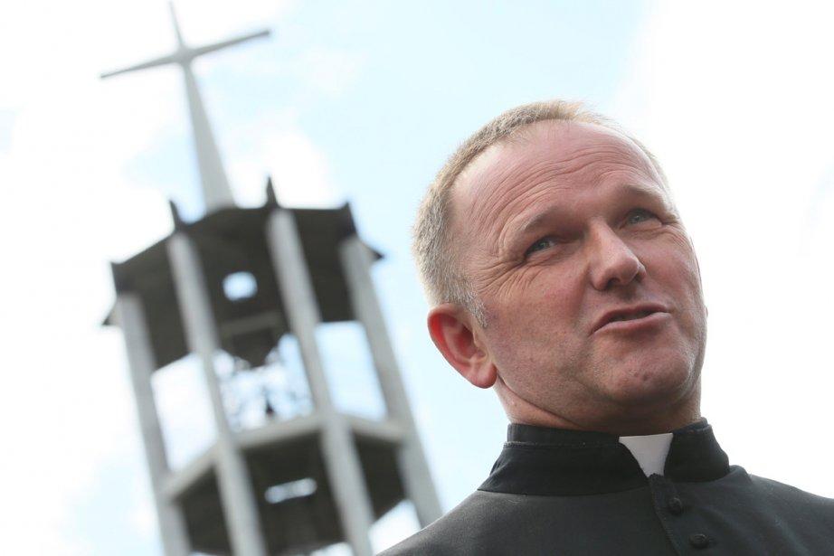 Vigoureusement défendu par ses paroissiens, le père Lemanski... (PHOTO LESZEK SZYMANSKI , AFP)