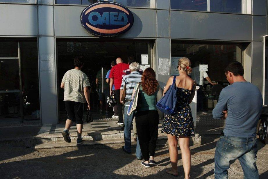 Des gens entrent dans un centre d'emploi à... (Photo Reuters)