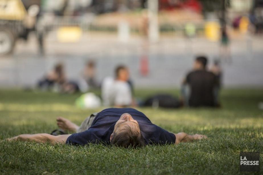 Pause rafraîchissement au parc Émilie-Gamelin.... (Photo Olivier Pontbriand, La Presse)