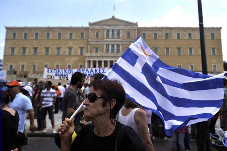 Des milliers de Grecs ont manifesté mardi dans... (Photo AFP)