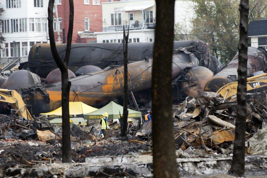 Des travailleurs chargés du nettoyage du site de la tragédie de... (Photo PC)