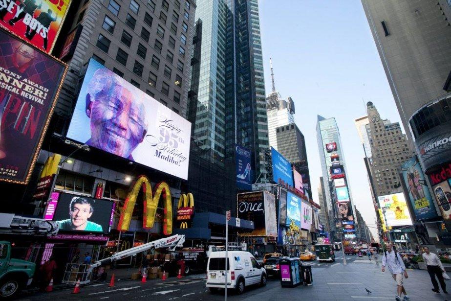 À Times Square, le visage de Mandela est... (Photo AP)