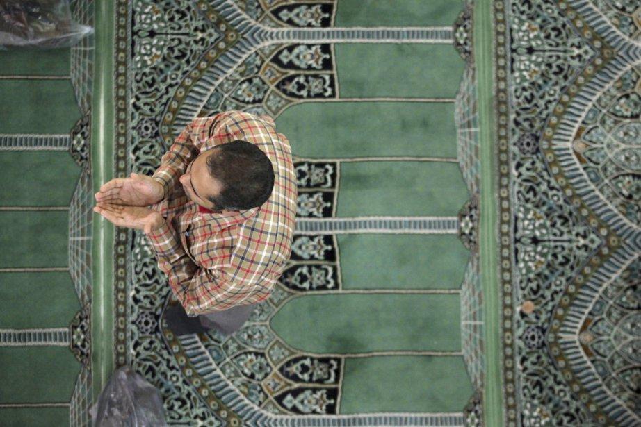 Un Iranien prie dans une mosqué de Téhéran,... (PHOTO VAHID SALEMI, AP)
