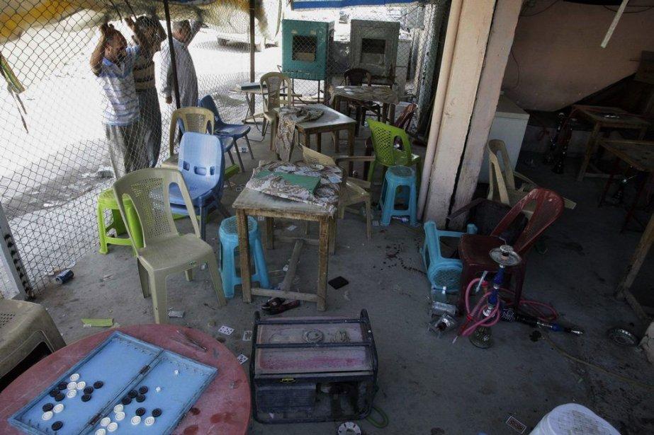 Des résidants examinent les dégâts causés par l'explosion... (PHOTO KARIM KADIM, AP)