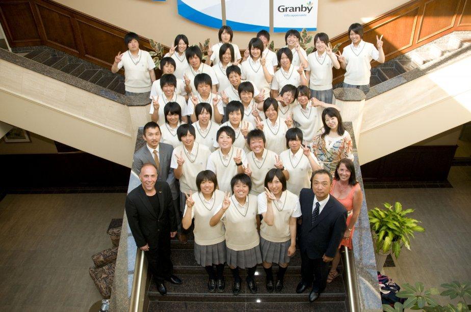 Les joueuses japonaises qui ont pris part au défi baseball Canada Japon ont été accueillies à l'hôtel de ville de Granby. | 19 juillet 2013