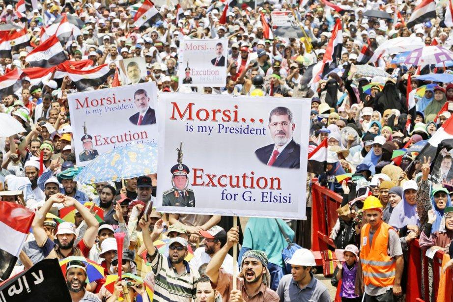 «Sissi dégage, Morsi est le président», scandaient certains... (PHOTO HUSSEIN MALLA, AP)