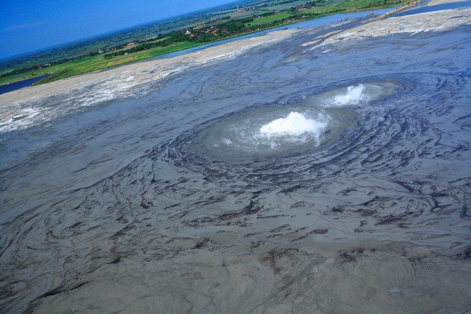 Le volcan de boue a surgi de terre... (Photo archives AFP)