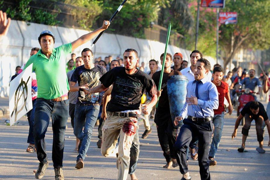 Ensanglanté, un partisan du président destitué Mohamed Morsi... (PHOTO FAYEZ NURELDINE, AFP)