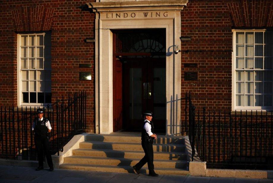 Un officier de police monte la garde devant l'entrée de l'hôpital St Mary, à Londres, où la duchesse de Cambridge Kate a été admise pour accoucher de son premier enfant. | 22 juillet 2013