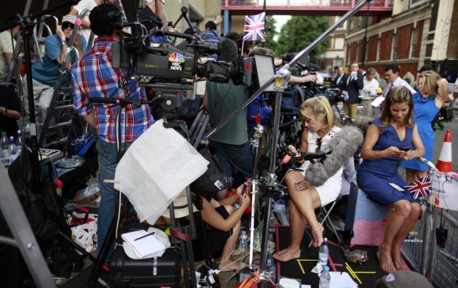 Les médias postés devant l'hôpital où Kate a été admise lundi matin, attendent fébrilement la nouvelle de la naissance de l'enfant royal. | 22 juillet 2013