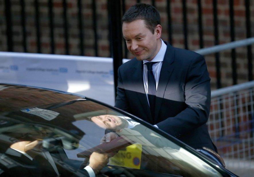Devant l'hôpital St Mary, à Londres, Ed Perkins, du Palais de Kensington, apporte l'annonce officielle de la naissance du fils de Kate et William, au chauffeur qui doit lui-même l'apporter à Buckingham Palace. | 22 juillet 2013