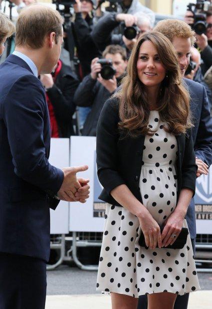 Photo datant d'avril dernier, montrant le ventre arrondi de Kate, lors d'une visite aux studios Warner Bros, à Leavesden, au Royaume-Uni. | 22 juillet 2013