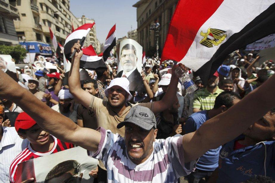 Des partisans des Frères musulmans manifestent leur soutien... (PHOTO MOHAMED ABD EL GHANY, REUTERS)