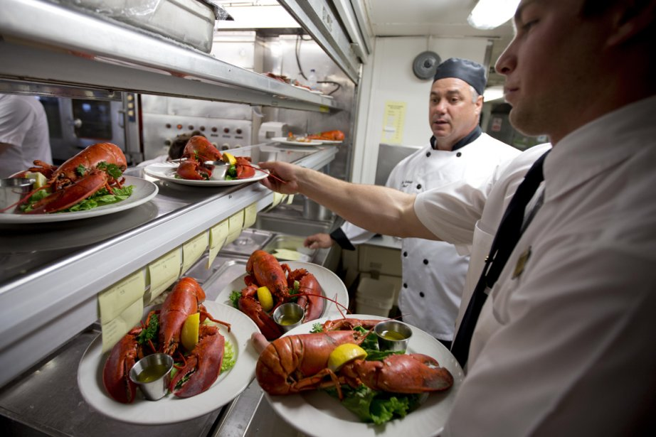 Le chef Denis Leblanc jette un oeil sur les assiettes qui sortent de la cuisine du CTMA Vacancier. (Photo Alain Roberge, La Presse)
