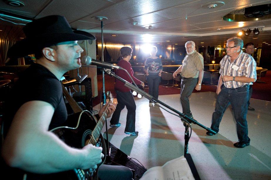 Tout en écoutant le chanteur madelinot Guillaume Cyr, des passagers se dégourdissent les jambes. (Photo Alain Roberge, La Presse)