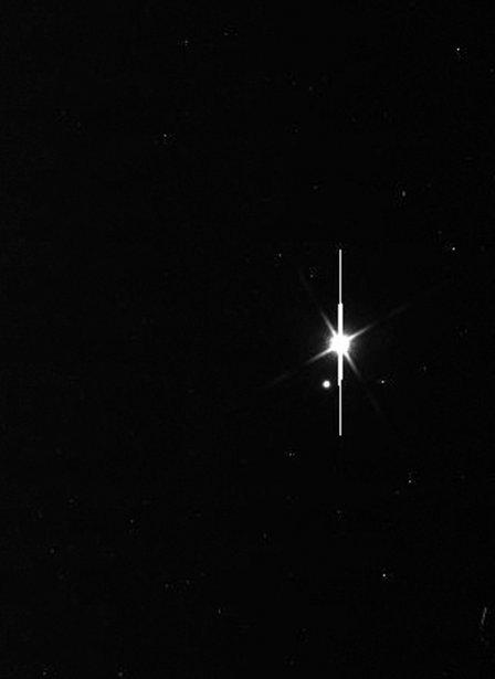 La Terre est le point le plus lumineux dans cette image. À gauche, on aperçoit la Lune. | 23 juillet 2013