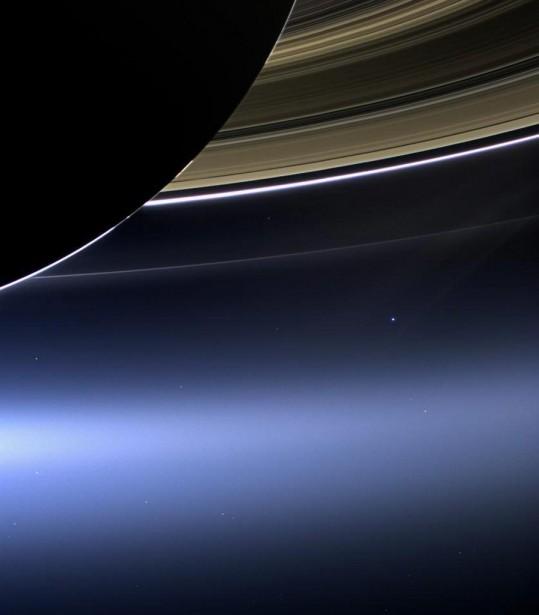 À cette distance, alors que les anneaux de Saturne sont très reconnaissables, la Terre n'est qu'un petit point lumineux en arrière-plan. | 23 juillet 2013