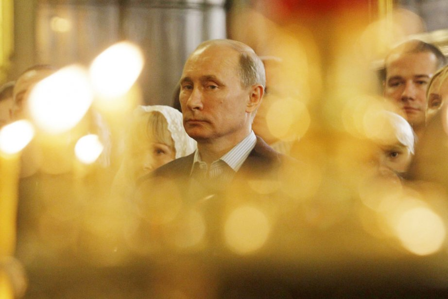 Vladimir Poutine assiste à la messe du Noël... (PHOTO DMITRY LOVETSKY, ARCHIVES REUTERS)