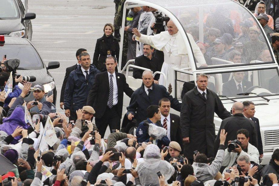 Des milliers de fidèles attendaient sous la pluie,... (PHOTO PAULO WHITAKER, REUTERS)