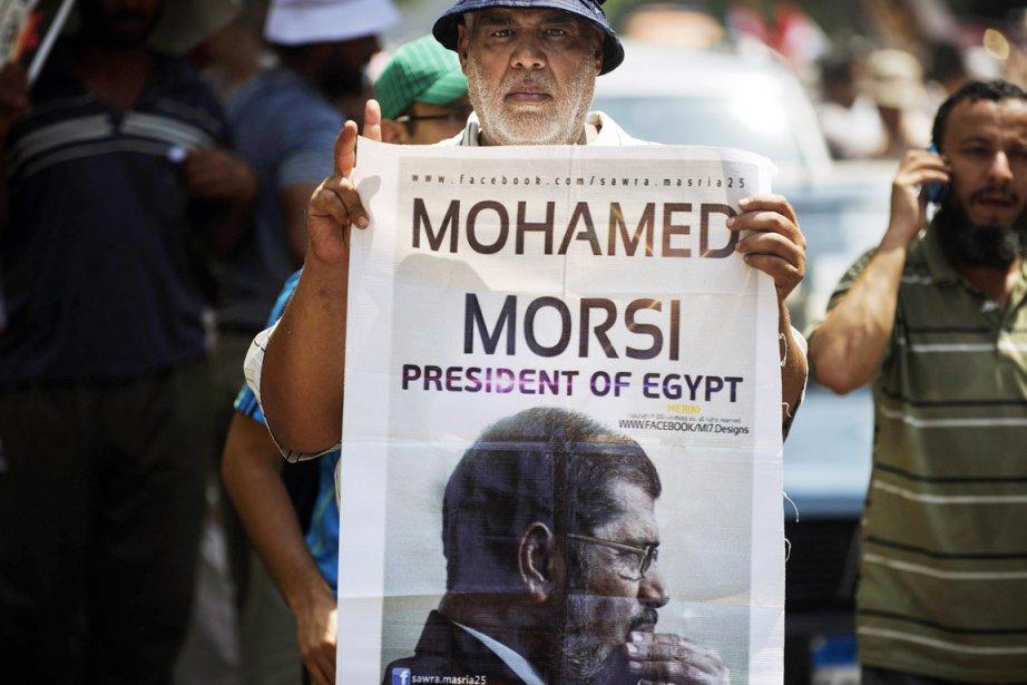 Un partisan du président destitué manifeste au Caire,... (PHOTO GIANLUIGI GUERCIA, ARCHIVES AFP)
