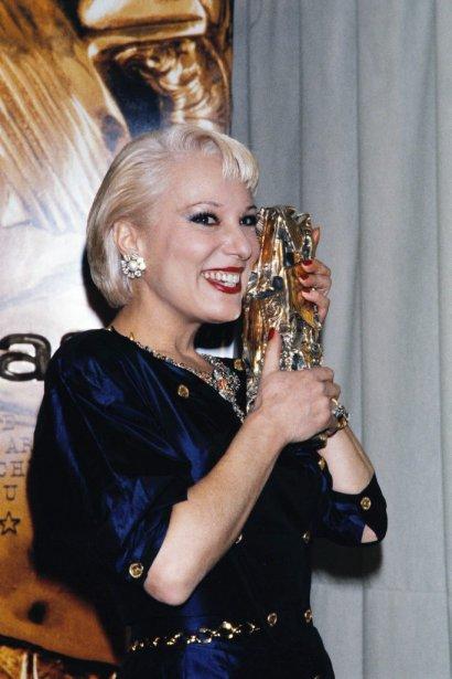 Bernadette Laffont tient le César de la meilleure actrice de soutien remporté en 1986 pour son rôle dans L'effrontée. | 25 juillet 2013