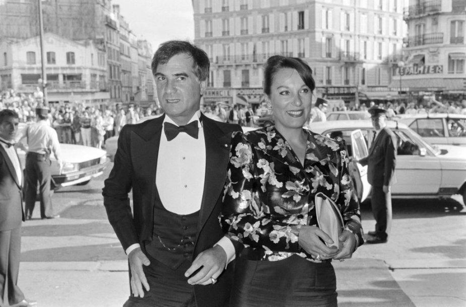 Le réalisateur Jean-Claude Brialy en compagnie de Bernadette Lafont au Moulin Rouge à Paris lors d'un concert de Dean Martin en 1984. | 25 juillet 2013