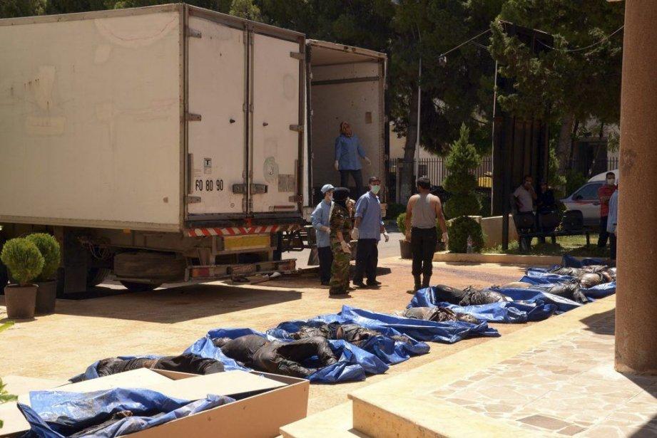Les corps de victimes reposent devant l'entrée d'un... (PHOTO AFP/HO/SANA)